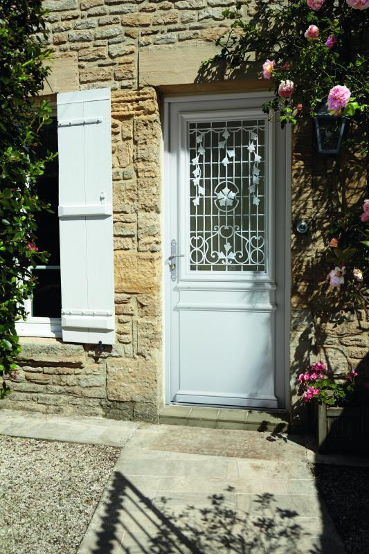 Porte d entr e bois installation porte d entr e bois pose - Repeindre une porte d entree en bois ...